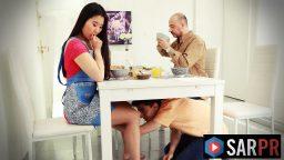 Kot etekli kadın masa altından am yalatıyor