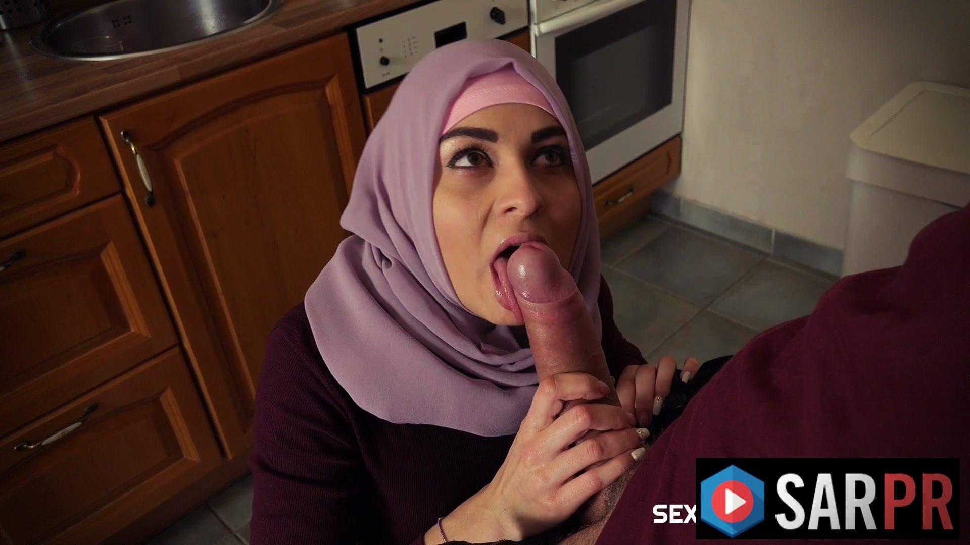 Suriyeli hatun mutfakta muslukçuya oral seks