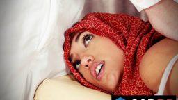 Arap kadın masaj salonuna giderek rahatlıyor