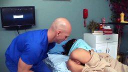 Erkek doktor ameliyattan çıkan çıplak hastasını sikiyor