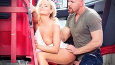 Otostopçu kadını kel tırcı arabada sikiyor