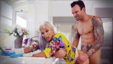 Yaşlı kadın omuz masajı yapan gence veriyor