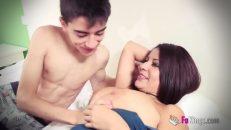 Olgun kadın oğlunun arkadaşıyla yatakta anal ilişkiye girdi