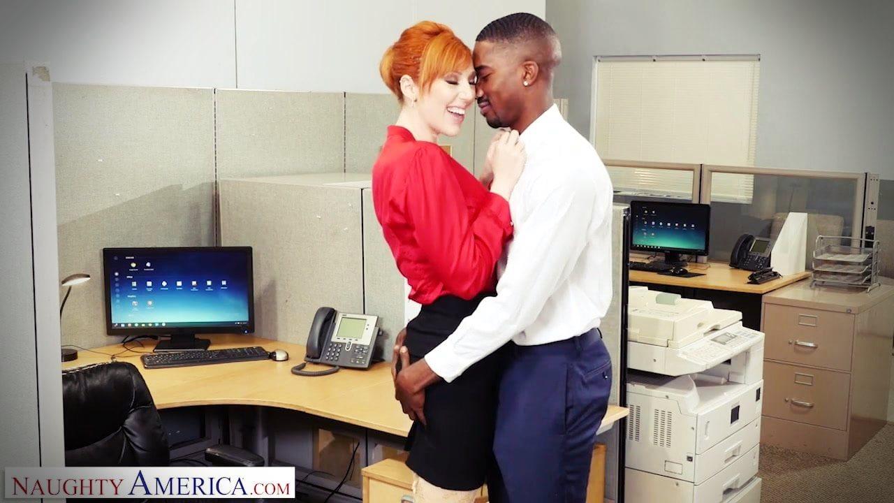 Zenci patron iş yerinde kızıl saçlı elemanını sikti