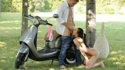 Motorcu gençle parkta tutkulu sevişme