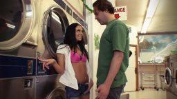 Patronun azgın kızını çamaşırhanede sıkıştırdı