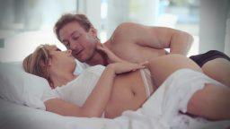 Uyuyan sevgilisine sabahın erken saatlerinde sürpriz