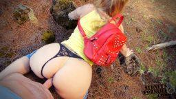 Yolda tanıştığı otostopçu hatunu ormanda sikti