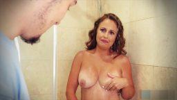 Dul komşusuna banyoda seks yardımı