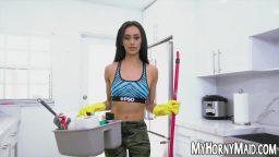 Genç temizlikçiye uzun sikini gösteriyor