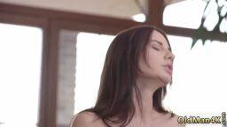 Şovmen Rus güzel ilk defa anal seks yaptı