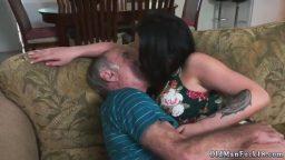 Bakıcı kız yaşlı ev sahibini oral yaparak boşaltıyor