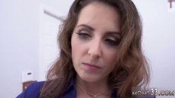 Milf hatun sınıfta gelen gence seks ile yardım ediyor