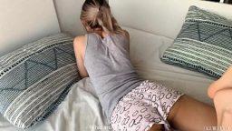 Liseli kız mini şortuyla siki kaldırdı
