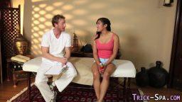 Masaj için gelen japon turisti ikna etti