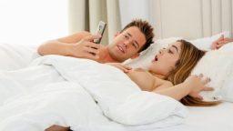 Ateşli Güzele Mobil Porno İzleterek Azdırıyor