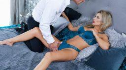 Patronu ateşli sekreteri orgazm ediyor